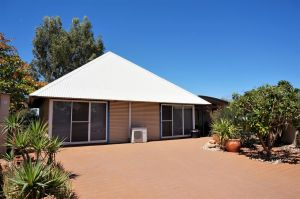 Osprey Holiday Village Unit 110 - Wake up to the birds in your 4 poster bed with a view - Accommodation Coffs Harbour