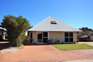 Osprey Holiday Village Unit 103/1 Bed - Perfect short stay apartment with King size bed - Accommodation Coffs Harbour