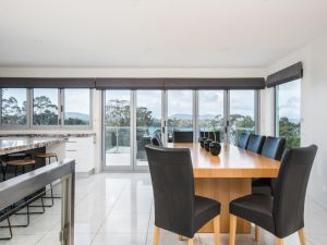 Paradise Point - Tamar Valley 14 Persons Residence with pool - Accommodation Coffs Harbour